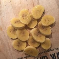 Deux mini bananes coupées en morceaux